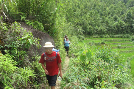 Walking to Den Thang village